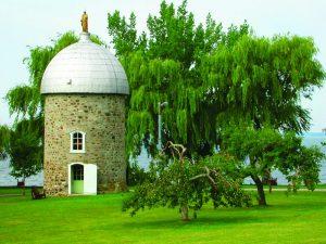moulin à vent de l'île-Saint-Bernard parmis les arbres
