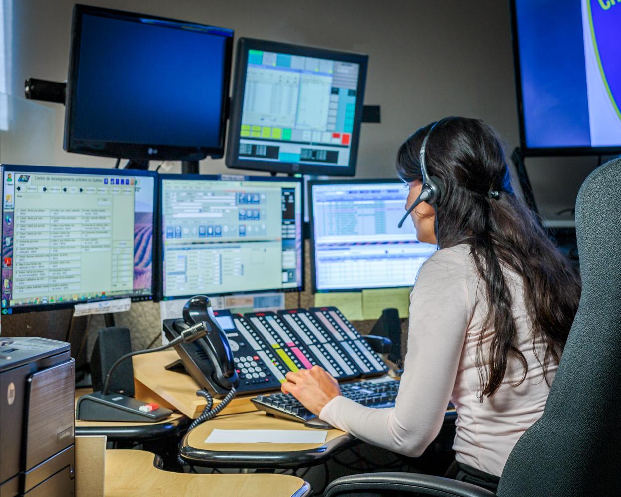 Standardiste 911 à son poste de travail