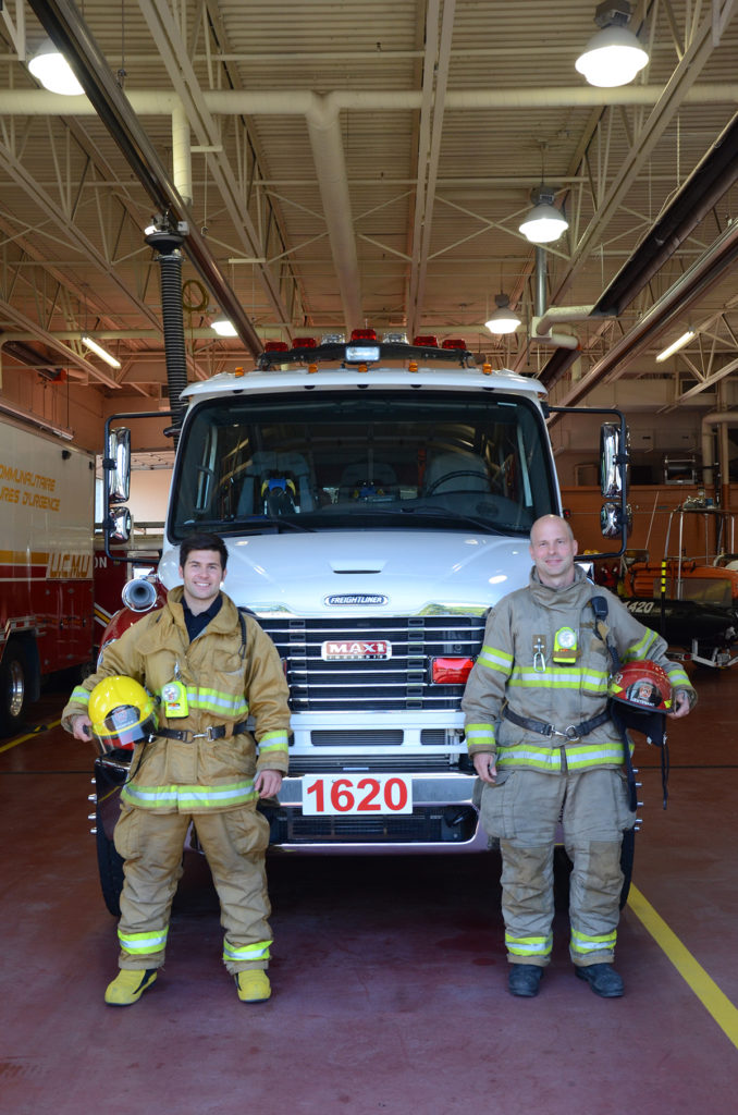 Deux pompiers devant le camion 1620