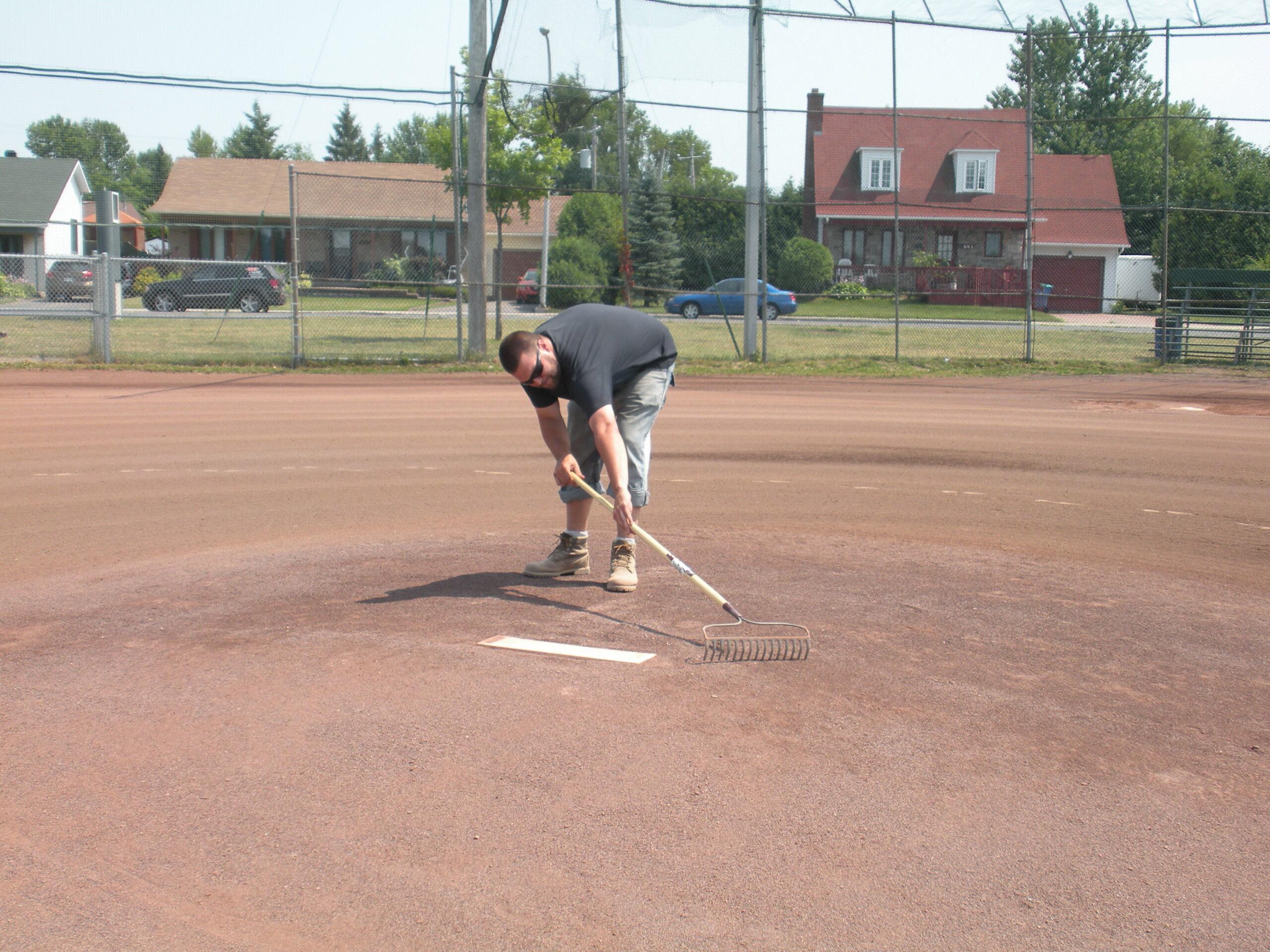 travailleur sur terrain de baseball