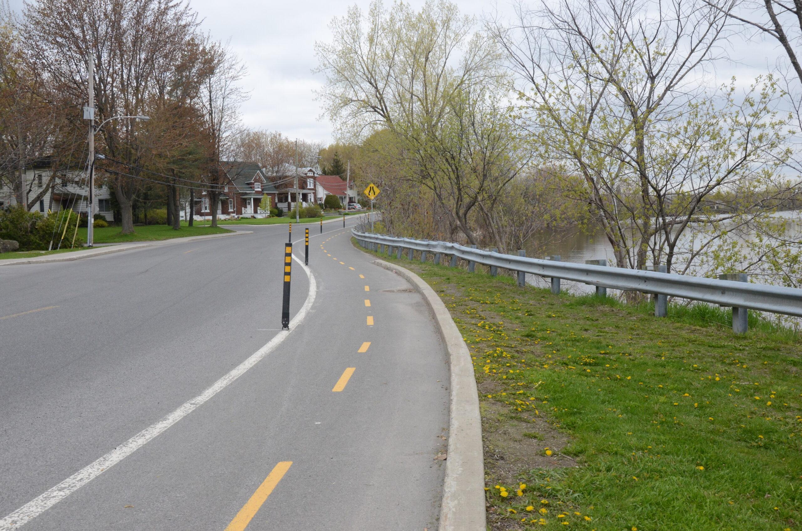 piste cyclable au bord de l'eau