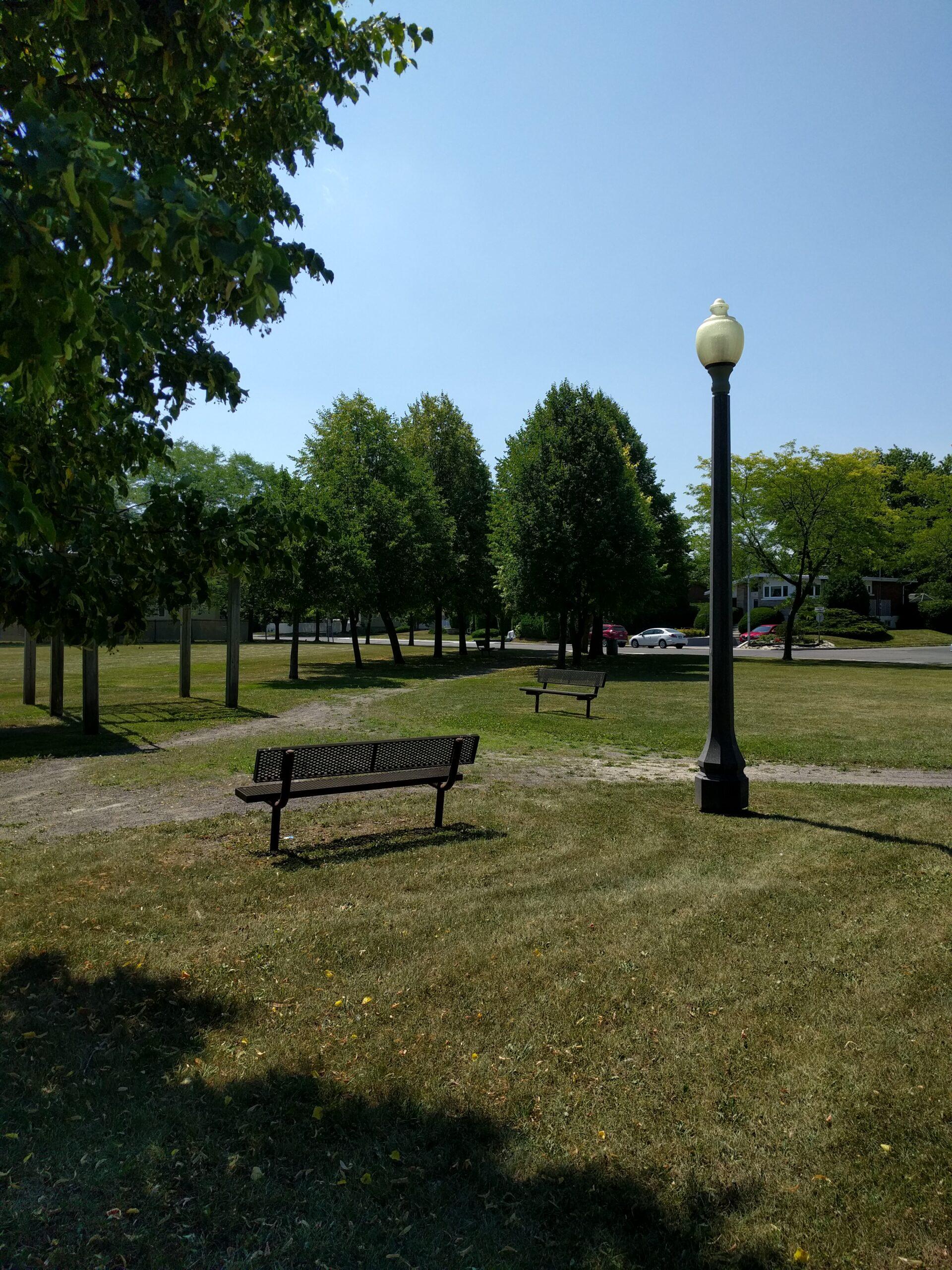 banc de parc et lampadaire