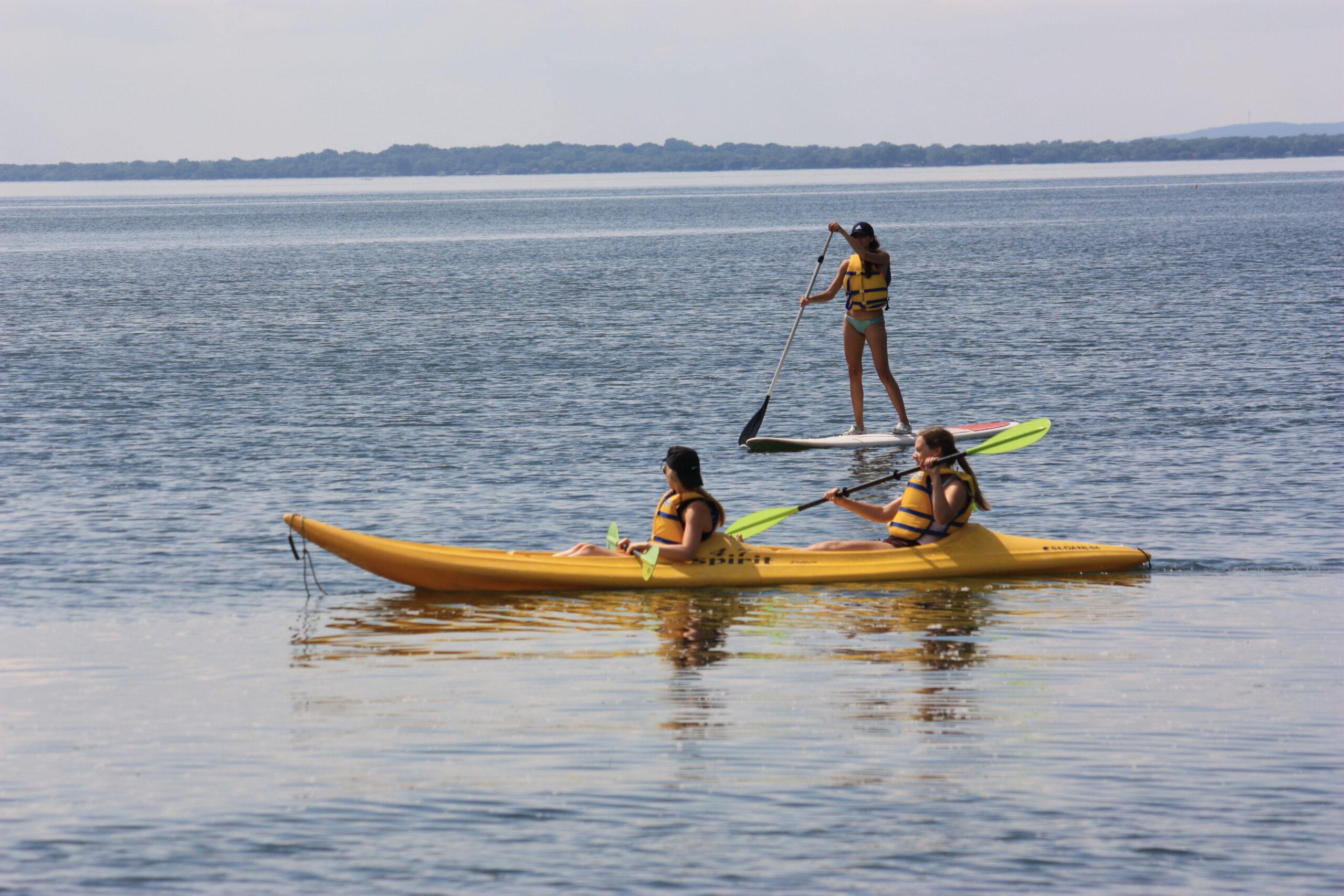 Deux filles qui font du Kayak