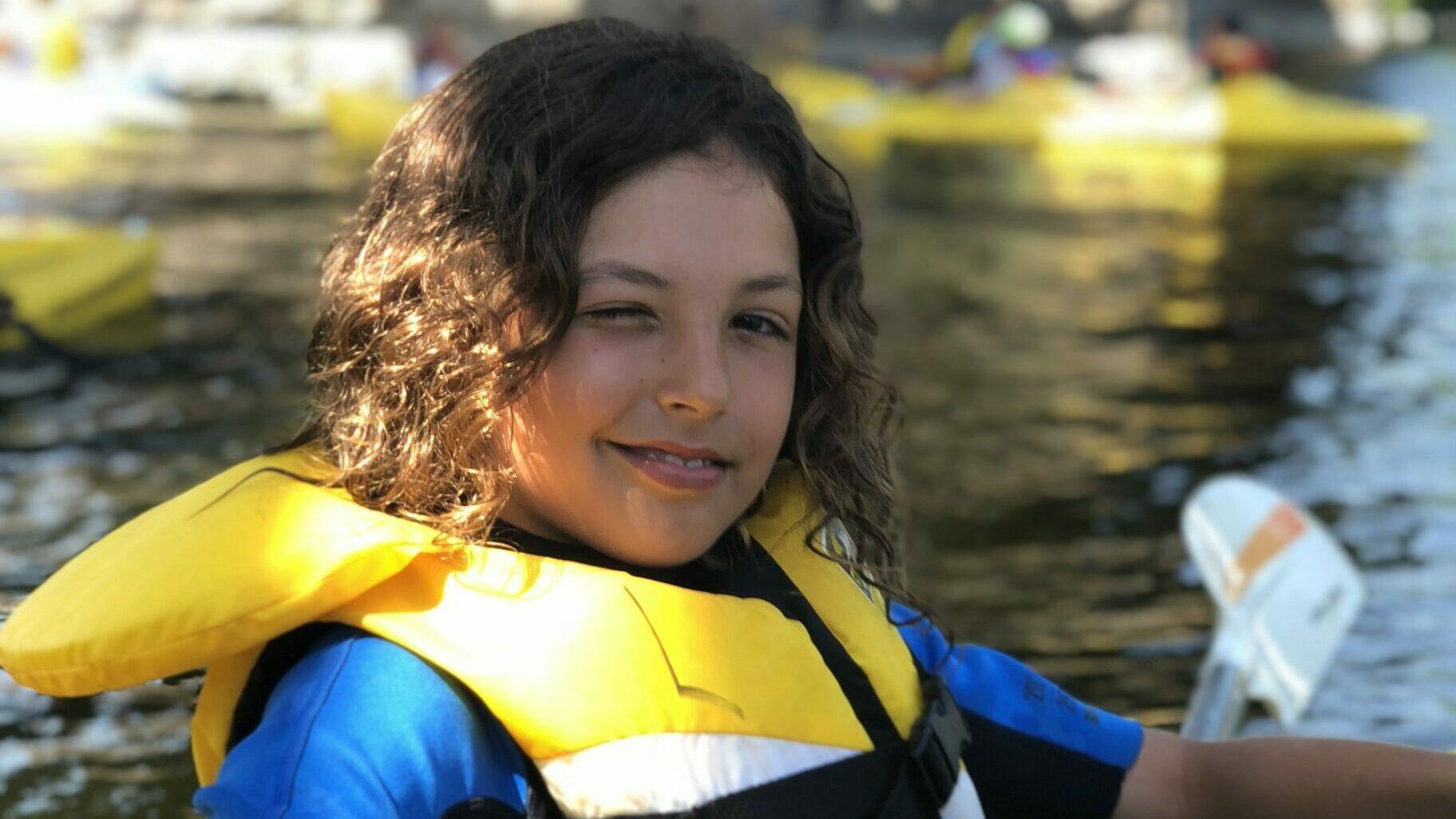adolescent portant un gilet de sauvetage