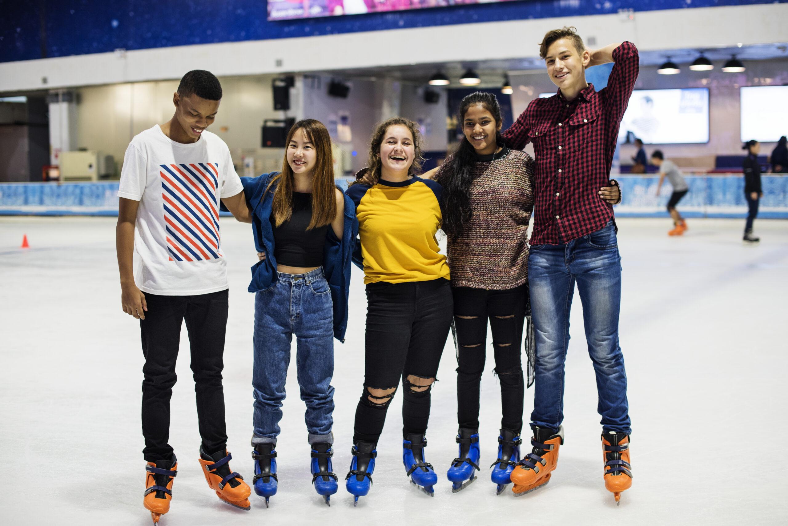 Groupe d'amis en patin