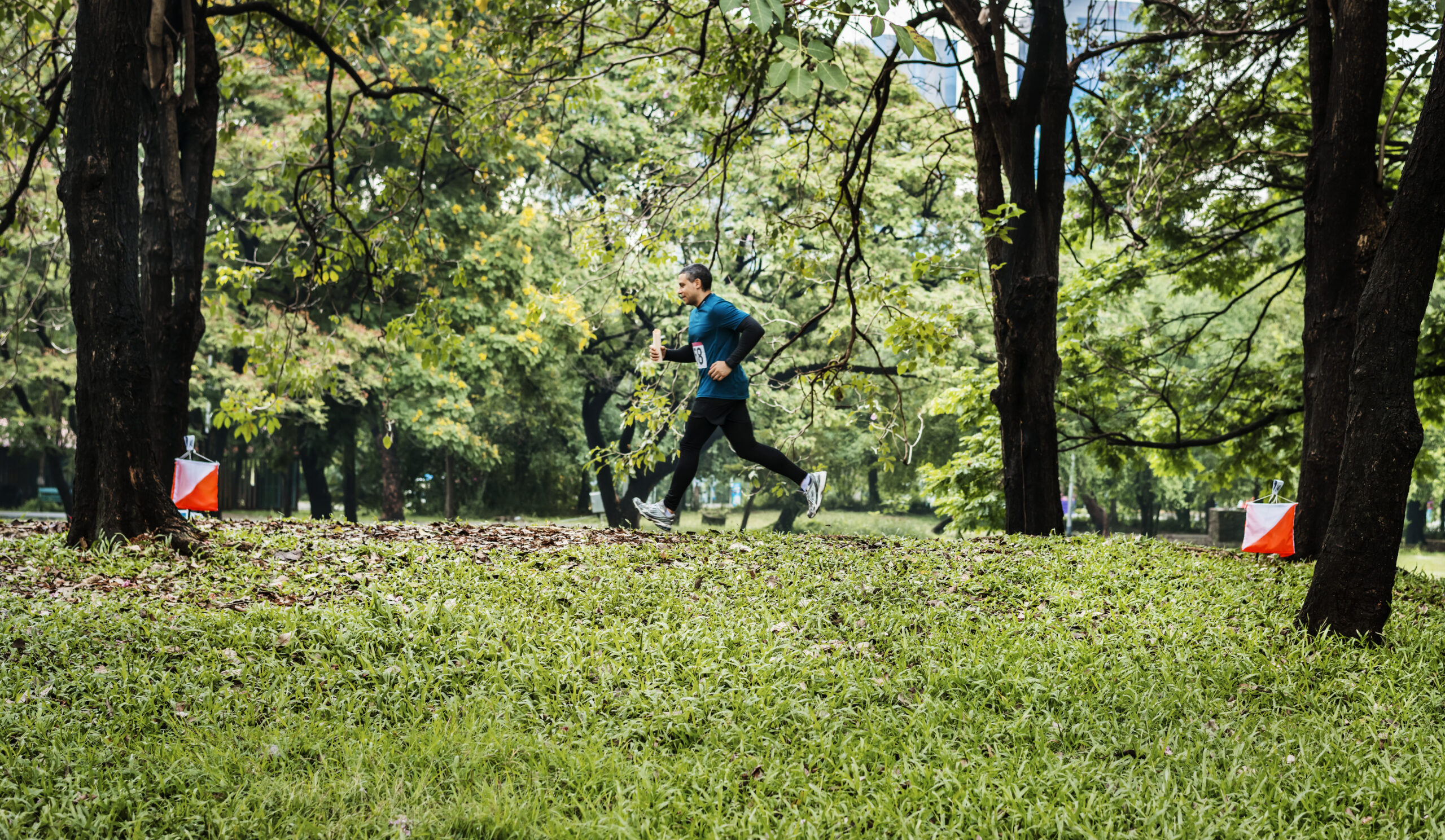 Homme qui cour dans un parc