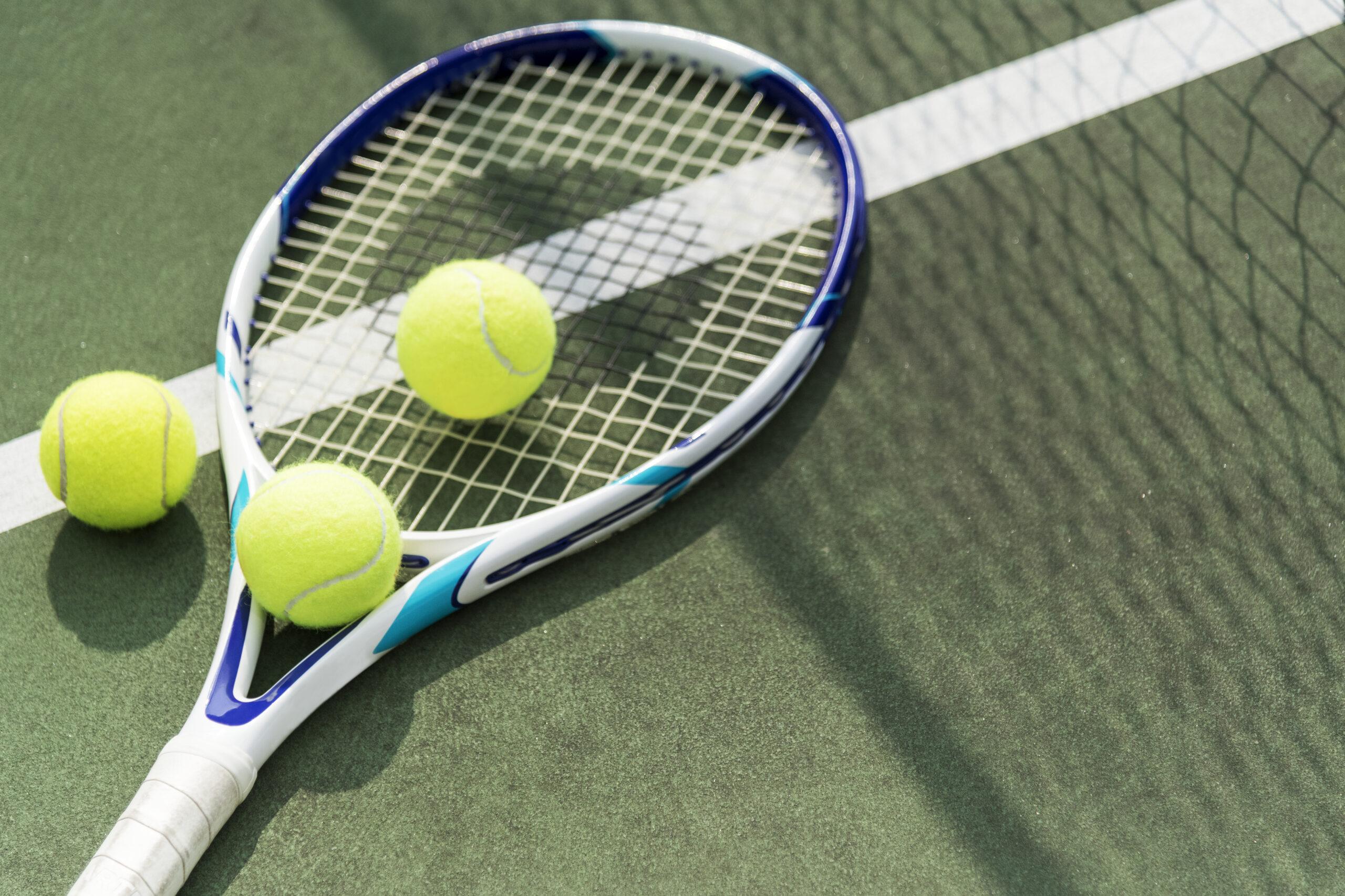 Balles et raquette de tennis