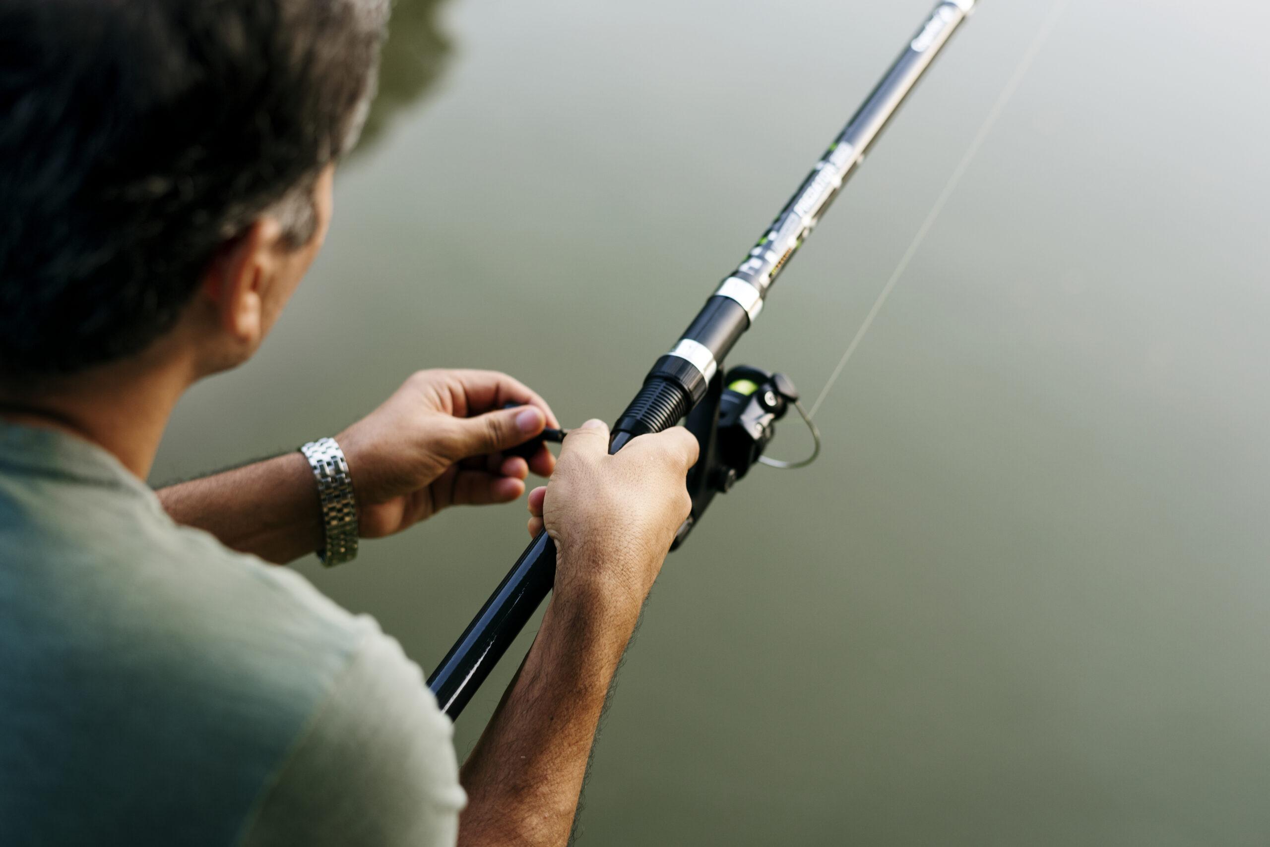 Pêcheur qui tient sa canne