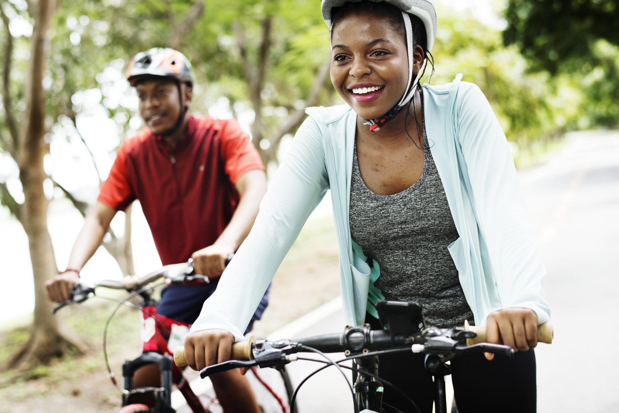 Couple qui fait du vélo