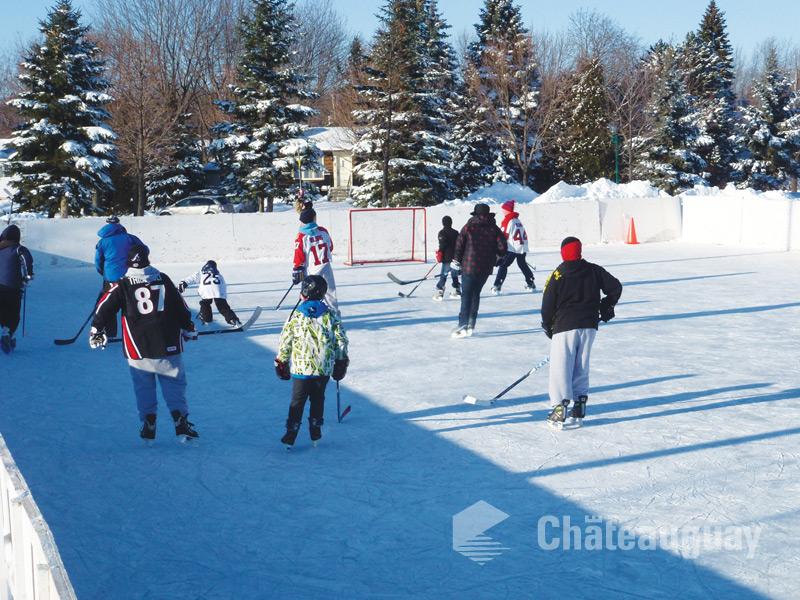 Jeunes jouant au hockey sur une patinoire extérieur