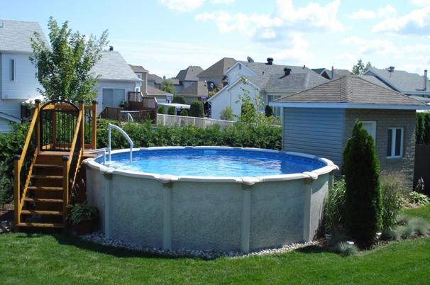 piscine hors terre dans une cour