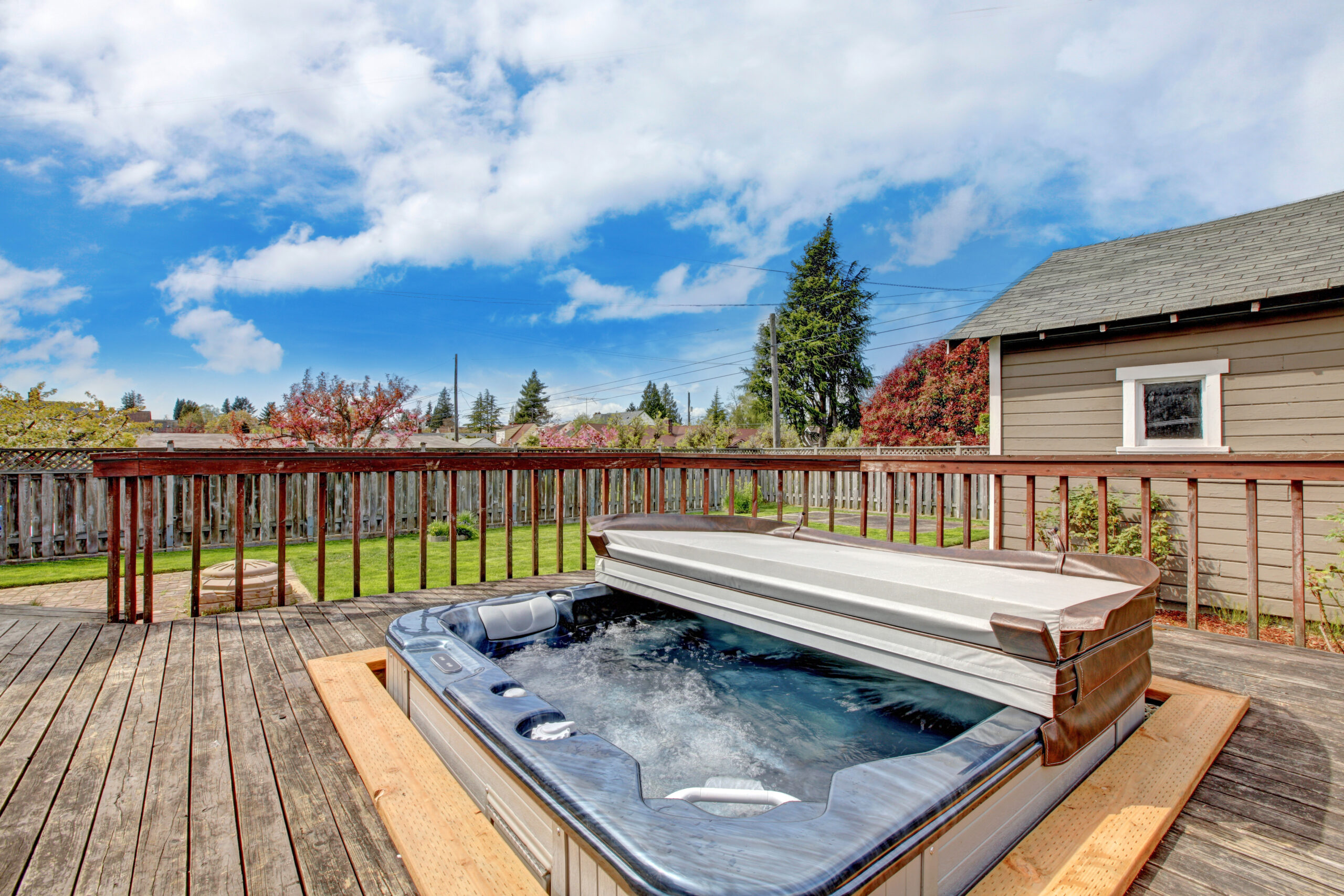 spa sur un balcon de bois